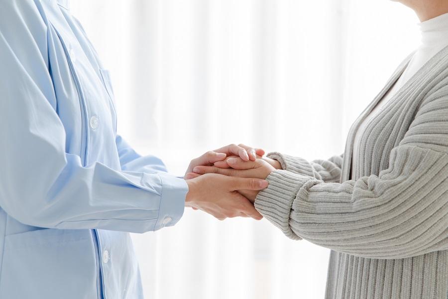 摄图网_501534056_家庭护士和老人握手(企业商用).jpg